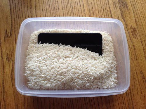 Water-Soaked-iPhone-in-Rice