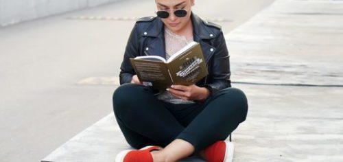 """Читатель с книгой """"100 способов изменить жизнь""""Ларисы парфентьевой"""