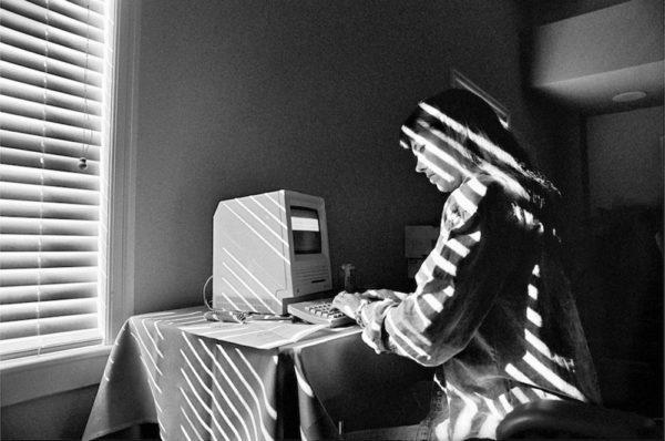 Работа за первым компьютером Macintosh компании Apple