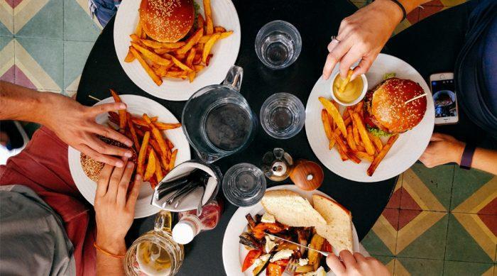 Не стесняйтесь просить в ресторане меньшую порцию, делиться с друзьями или брать остатки в контейнере